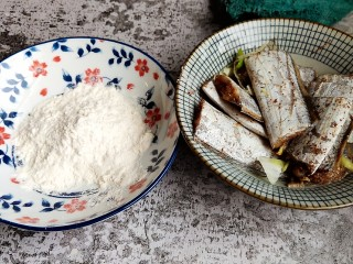 香煎带鱼,取一份普通面粉装盘备用。