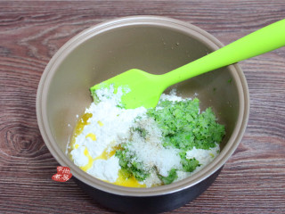 健康蔬菜饼,盆里倒入面粉、胡椒粉、茶油、酵母、糖、盐、泡打粉这些辅料。