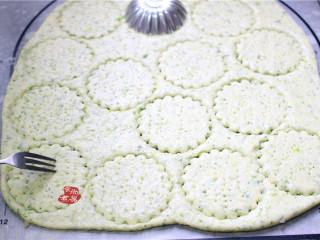 健康蔬菜饼,取一个模具,按压出饼干的图形,再用叉子在饼干上戳些孔,以防膨胀后开裂。我用了两种模具,分别做了两款不一样的形状。
