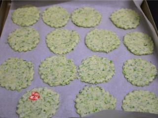 健康蔬菜饼,烤盘上铺上油纸,将饼干整齐铺在油纸上,每个饼干之间留一点空隙。