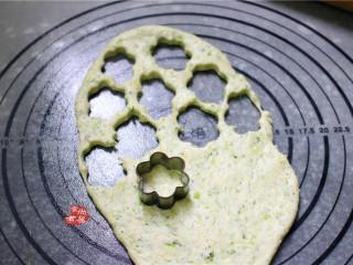 健康蔬菜饼,再取一个饼干模具,压出小饼干,剩余的面团边角料继续揉起来擀薄,直至做完为止。