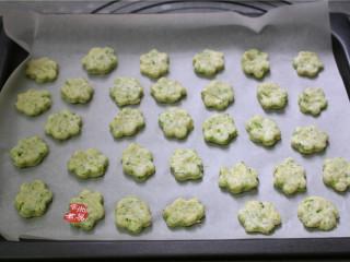 健康蔬菜饼,两种饼干分别放在不同的烤盘上,您也可以用一个烤盘同时烘烤两款饼干,因为我做的量比较多,一个烤盘放不下。
