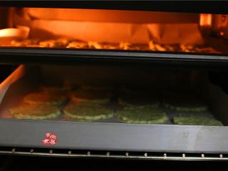 健康蔬菜饼,两个烤盘分别放进烤箱里,这里值得注意的是:烤到一半过程,最好将两盘饼干上下调换一下位置,这样烤出来的色泽和酥脆程度会比较统一。