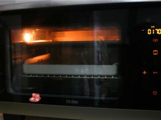 健康蔬菜饼,用上下火功能,以170度火力,烘烤20分钟左右即可。