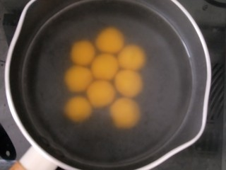 桂花芝麻汤圆,锅里放水烧开,放入汤圆。