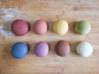 彩虹花卷,揉成光滑彩色面剂。