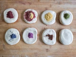 彩虹花卷,将面剂子按扁,加入各种果蔬粉调色。
