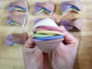 彩虹花卷,将捏紧的两端向下折。