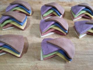 彩虹花卷,叠加完成如图所示,类似一个蝴蝶结。