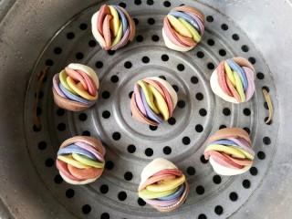彩虹花卷,锅中适量的水,搭上篦子,将彩虹花卷置于篦子上,盖上锅盖,再次醒发15分钟左右,开火,大火隔水蒸20分钟即可。