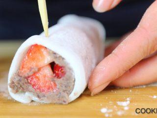 草莓红豆沙/香蕉巧克力雪媚娘卷,插上牙签固定