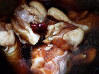 可乐鸡根翅(电饭煲版),加入一小段干红辣椒,我这个干红辣椒很辣,所以只放了这么一点