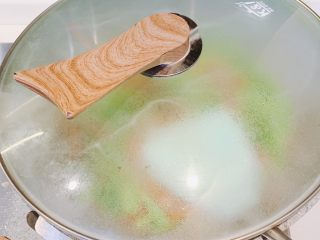 蒜苔炒肉,加入少许水,盖上锅盖焖30秒