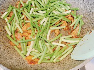 蒜苔炒肉,加入蒜苔,翻炒均匀