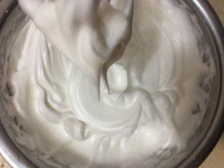 好利来半熟芝士,蛋清加入40g糖打发,提起打蛋器大尖角即可,不用打太硬