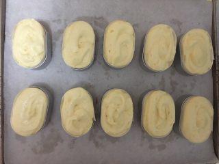 好利来半熟芝士,将半熟芝士磨具中提前放好围纸,放入抠好的蛋糕底,挤入上一步的奶酪芝士酱,挤满为宜