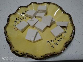 豆腐炒香菇,豆腐切块。