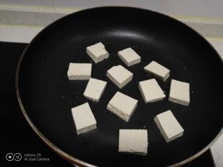 豆腐炒香菇,不粘锅中放入适量油,放入豆腐。