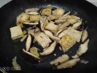 豆腐炒香菇,翻炒均匀。