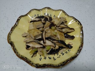 豆腐炒香菇,盛入盘中。