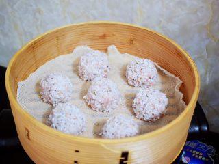 香菇猪肉糯米丸子,锅中烧开水,再放入糯米丸子,转中小火蒸30分钟