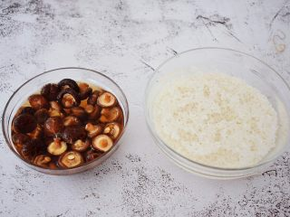 香菇猪肉糯米丸子,糯米和香菇提前一夜浸泡备用,如果没时间最少也要浸泡4小时