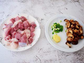 香菇猪肉糯米丸子,猪肉洗净切成小块,香菇切成小块,葱切葱花,姜切片