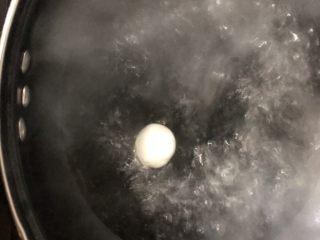 芝麻流心汤圆,锅里放水烧开后揪一块面团放入锅中煮熟。