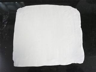 双色汤圆,把白色的粉团擀成厚薄均匀的,正方形的薄片。