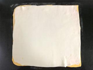 双色汤圆,南瓜粉团同样擀成正方形的薄片后,叠在白色面片上。