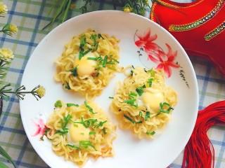 泡面蛋饼(方便面+鹌鹑蛋),出锅开吃