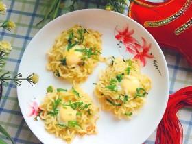 泡面蛋饼(方便面+鹌鹑蛋)
