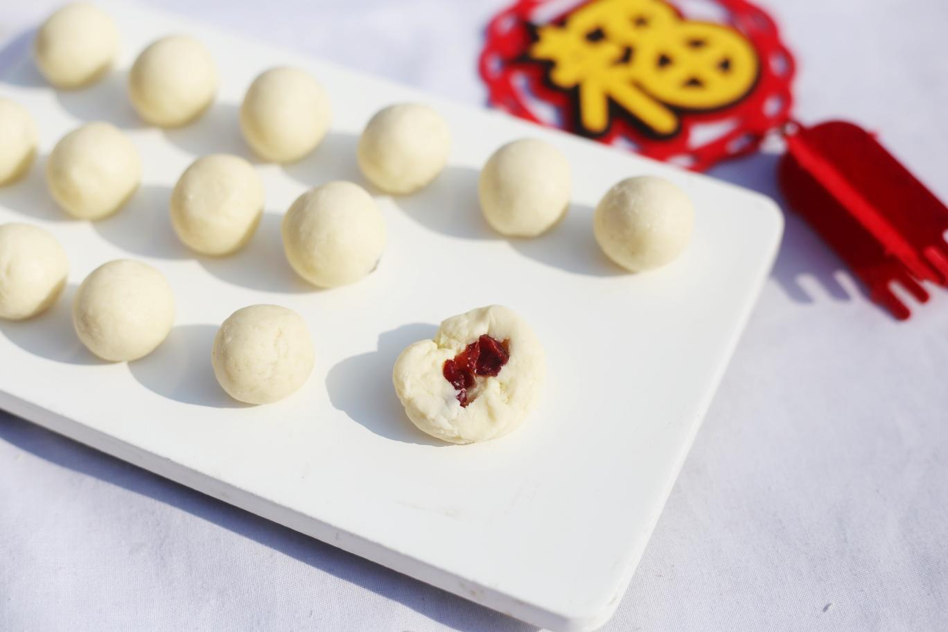 蔓越莓夹心奶糖,将奶粉团分成棒棒糖大小的小剂子,搓球压扁,中间放一颗蔓越莓,再搓圆。</p> <p>