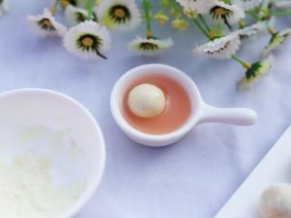 <a href=/shicai/guopin/15776.html target=_blank><u>蔓越莓</u></a>夹心奶糖,最后蘸一层胡萝卜汁。