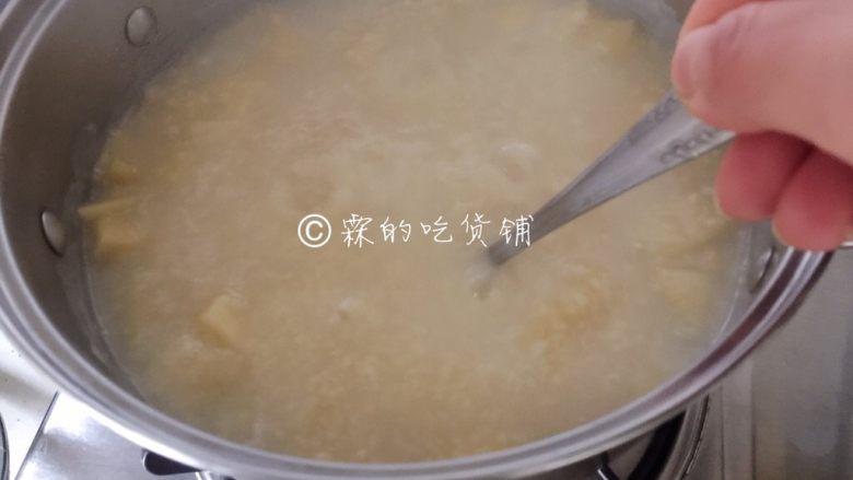 小米燕麦苹果粥,当粥一点点变得浓稠时,记得要不停搅拌,以免糊锅