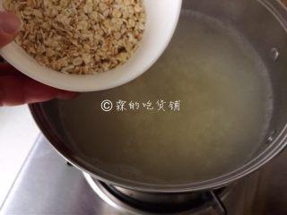小米燕麦苹果粥,等粥变得有些浓稠时,倒入燕麦。