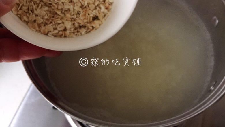 小米燕麦苹果粥,等粥变得有些浓稠时,倒入<a style='color:red;display:inline-block;' href='/shicai/ 495'>燕麦</a>。