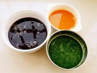 彩虹馄饨(宝宝超爱吃),把菠菜、紫甘蓝和胡萝卜分别用料理机榨成汁,菠菜可焯水后再榨汁。
