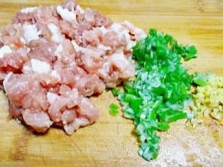 彩虹馄饨(宝宝超爱吃),做馅料:把猪肉剁碎后加入葱和姜。