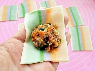彩虹馄饨(宝宝超爱吃),取一个馄饨皮,中间放上适量馅料。