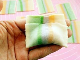 彩虹馄饨(宝宝超爱吃),从下往上对折,捏紧边沿。