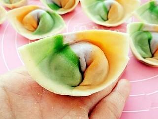彩虹馄饨(宝宝超爱吃),把下面两个角往里带捏在一起,馄饨就包好了。