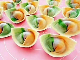 彩虹馄饨(宝宝超爱吃),依次把所有馄饨都包好,按照自己的口味下锅煮就可以开吃了。