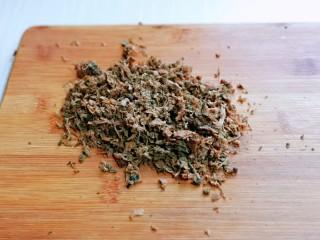 皮薄馅大~发面梅干菜肉饼,泡发的梅干菜洗干净挤干水分后切碎。