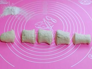 皮薄馅大~发面梅干菜肉饼,将发酵好面团搓长条,再切6等份。(面团大小根据个人喜欢来)