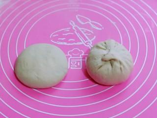 皮薄馅大~发面梅干菜肉饼,如包子手法包起来,捏紧,收口朝下,轻轻按扁。