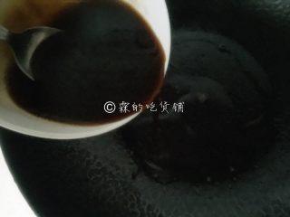 白灼芥蓝 快手经典菜,随后把调好的酱汁倒入,烧到糖融化就可以关火了。