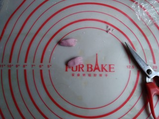 可爱刺猬包,用多余的白色面团做出小手,可以加点果蔬粉做成其他颜色