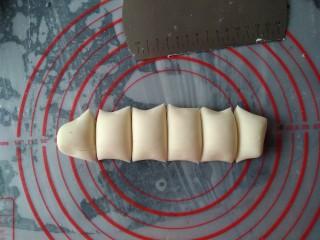 可爱刺猬包,白色面团分成5份33克左右,剩余的白色小面团用来做鼻、手部分