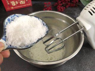 芝麻糊戚风蛋糕,接下来打发蛋白,蛋清里白糖50g分三次加入白糖,蛋清先用打蛋器打发至大眼鱼泡时加入第一次白糖,这个时候就可以开始预热烤箱了,上火120下火150度预热5分钟